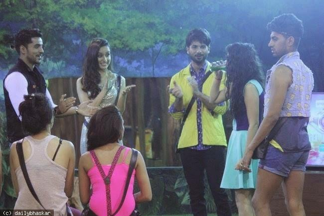 Shahid Kapoor And Shraddha Kapoor Visit The Passengers Of Flight BB08 For Haider Promotion
