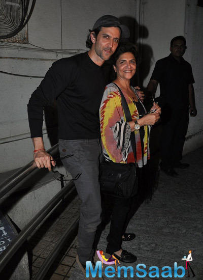 Hrithik Roshan With Mom Pinky Roshan Posed For Camera During The Screening Of Haider At Juhu