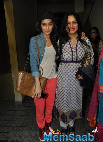 Shraddha Kapoor With Aunt Padmini Kolhapure Posed During The Screening Of Haider At Juhu