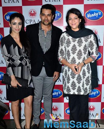 Aftab Pose With His Wife Nin And Priya Dutt During Breast Cancer Awareness Programme