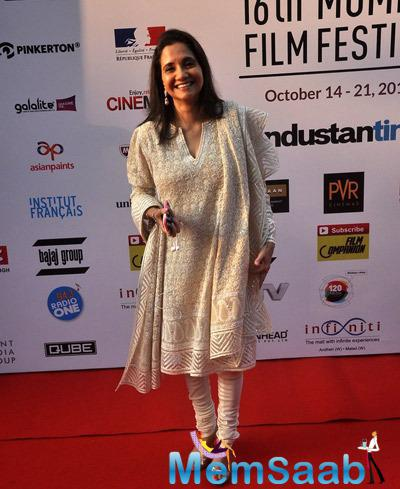Anupama Chopra Flashes Smile On Red Carpet At The Opening Ceremony Of 16th Mumbai Film Festival 2014