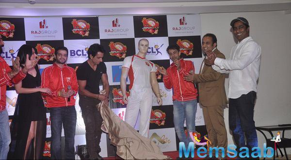Sonu Sood Posing With TV Actors At Raj Joshilay Bash