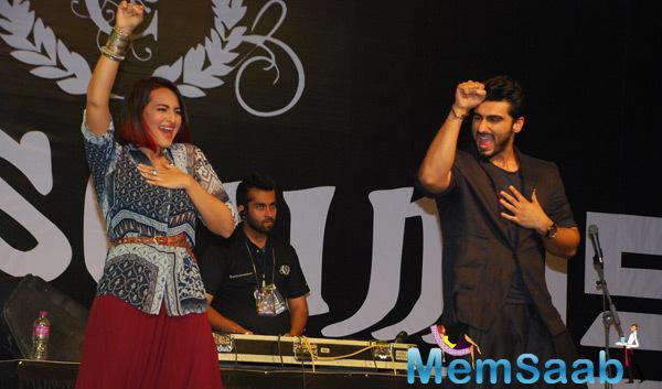 Sonakshi Sinha And Arjun Kapoor Danced On Stage During The Promotion Of Tevar Movie At Mithibai College