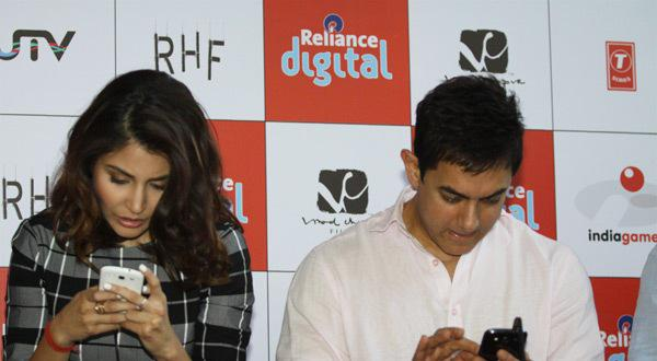 Aamir And Anushka PK Game On Their Mobile's During It's Launch Event