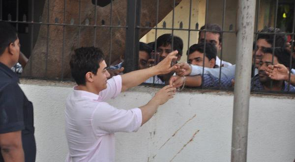 Aamir Khan Shake Hand With His Fans At PK Official Mobile Game Event