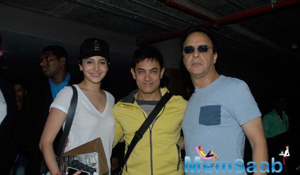 Anushka,Aamir And Vidhu Vinod Strike A Pose For Shutterbug At Mumbai Airport