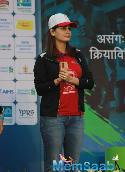 Dia Mirza Present At The Standard Chartered Mumbai Marathon 2015