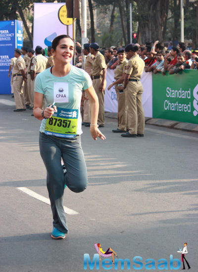 Tara Sharma In Running Pose During The Standard Chartered Mumbai Marathon 2015