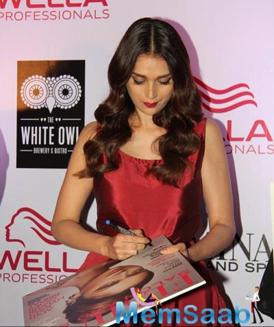 Aditi Rao Hydari Signed Autograph During The Femina Salon And Spa Magazine Cover Launch