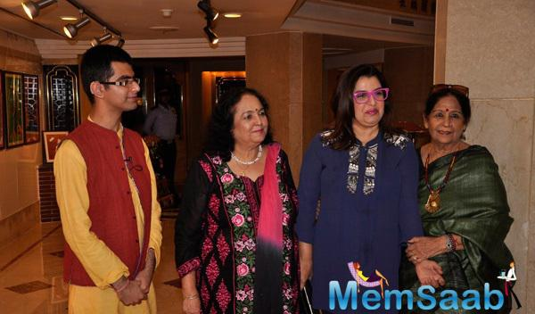 Farah Khan Posed With Others At An Art Exhibition 2015
