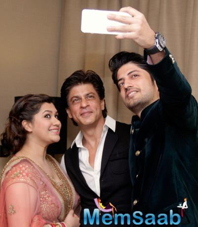 Newly Wed Manali Jagtap And Vicky Shoor Taking Selfie With King Khan At Their Reception