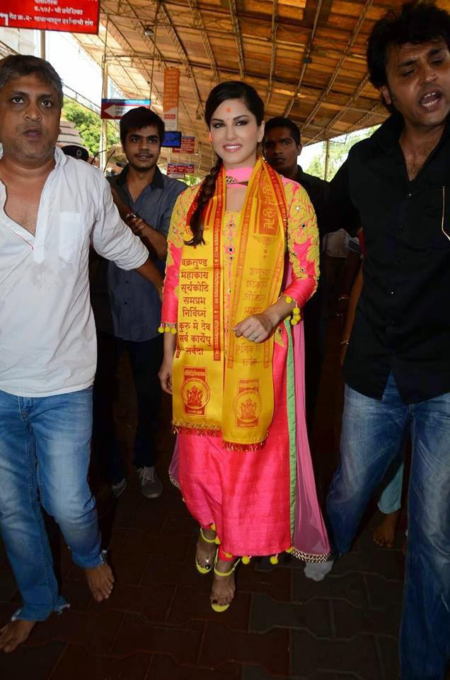 Sunny Leone Smiling Look During Visiting The Siddhivinayak Temple