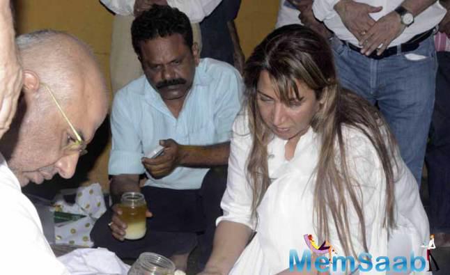 Ritu Shivpuri Performs A Few Rituals At Her Mother Sudha Shivpuri's Funeral
