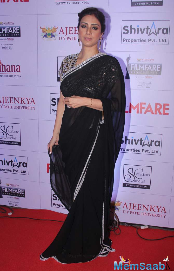 Tabu Looked Glamour Opted The Black Saree At Marathi Filmfare Awards 2015