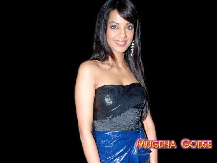 Mugdha Godse Hot Sleeveles Dress Wallpaper