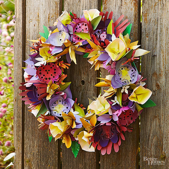 5 things to declutter in 5 minutes. Make a darling garden wreath from old plastic flower pots!