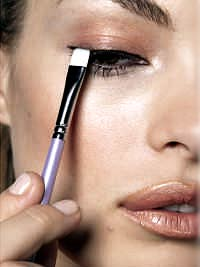 Color Me Natural_Make up application with white brush to eyeline