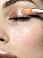 Color Me Natural_Applying shimmery eye shadow