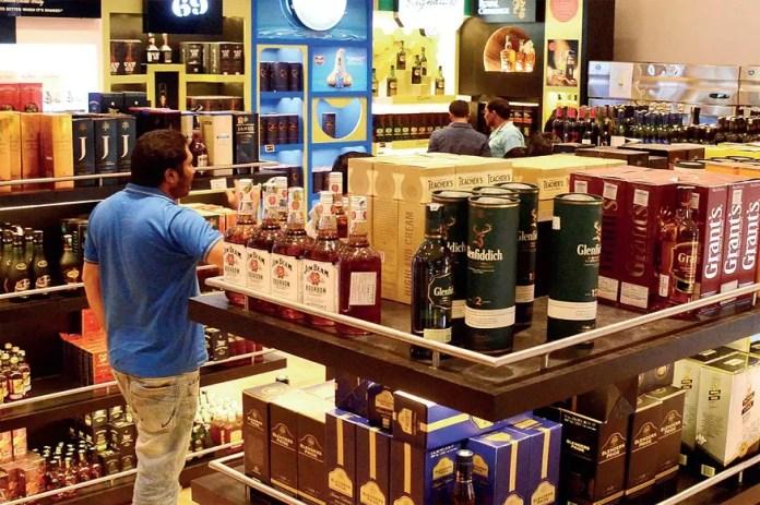 UP में कंटेनमेंट जोन के बाहर अब रोज खुलेंगी शराब की दुकानें, साप्ताहिक बंदी से मिली छूट