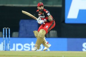 Angry Virat Kohli Hitting Chair After Being Dismissed for 33 off 29 against SRH