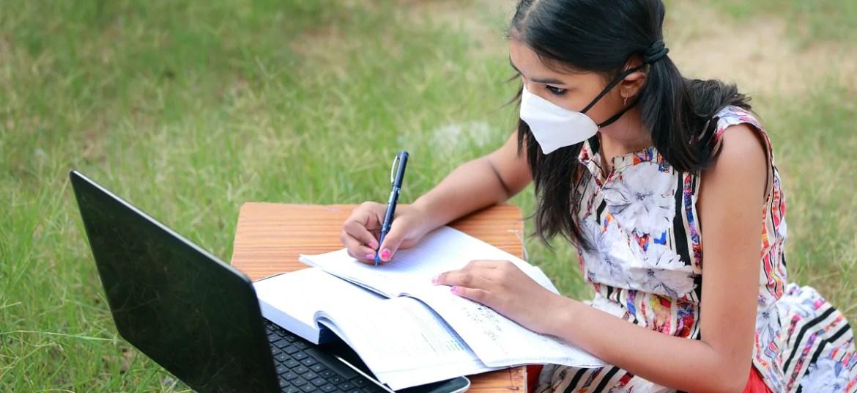ऑनलाइन परीक्षा देने के लिए बेहतर इंटरनेट की तलाश में छात्र चढ़ाई पर चढ़ते हैं