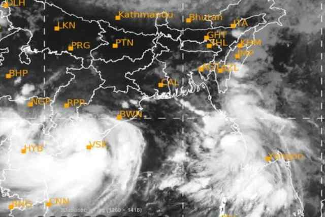 #NewDelhi: The IMD has issued weather forecasts for rain in several states, including West Bengal, due to the Gulab Cyclone in the Bay of Bengal.  The weather in South Bengal, including Kolkata Weather, is forecast to deteriorate from noon and rain with thunderstorms.  Meanwhile, heavy rains with thunderstorms also lashed Kolkata and South Bengal on Monday, but the weather update is likely to deteriorate further from Tuesday.  South Bengal including Kolkata will float in heavy rain with lightning  Photo Courtesy-IMD / Sattelite Picture