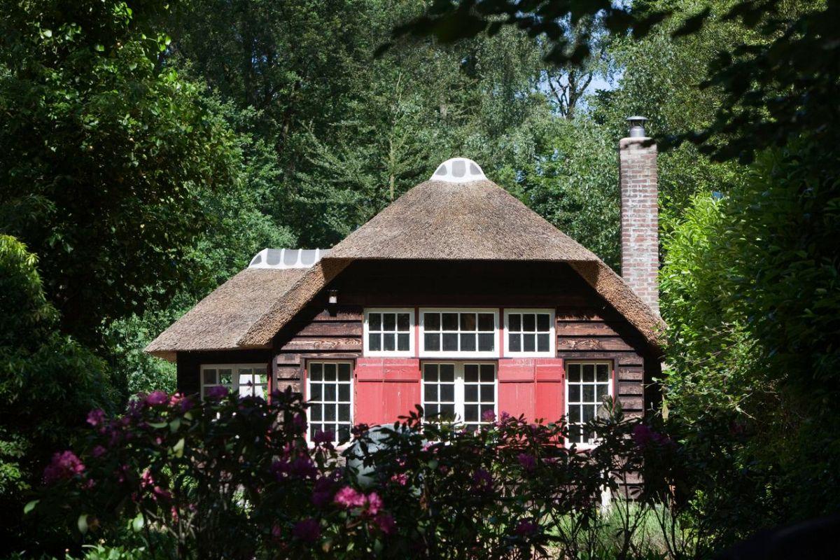 """De hut 'Vredewacht', Schapendrift 82 in Blaricum. In 1915 gebouwd door architect Ru Mauve voor Betsy van Hoogstraten, ooit een geliefde van de schrijver Frederik van Eeden Blaricum, 29-05-09. """"Hut"""" aan de Schapendrift 82. Verhaal stichting Dooyenwaard. Foto Leo van Velzen NrcHb."""