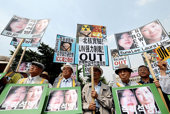 South Korean protesters rally in support of Ling and Lee.