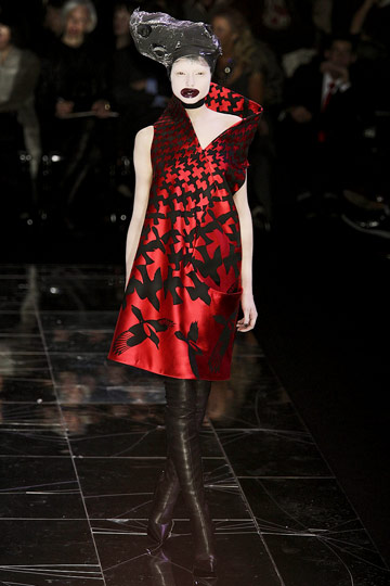 https://i1.wp.com/images.nymag.com/fashion/fashionshows/2009/fall/main/europe/womenrunway/alexandermcqueen/images/29.jpg