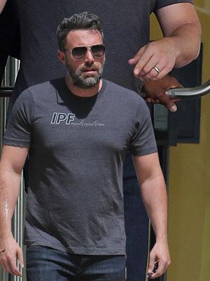 Ben Affleck puts his wedding ring BACK ON after splitting from Jennifer Garner [Splash]