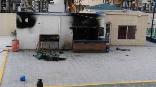 Una parrilla en la sede de Tigre apareció quemada (foto: @barrascodigo)