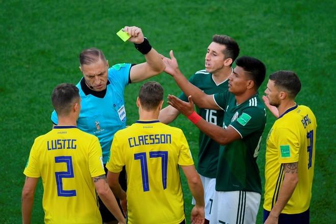 Pitana la saca la amarilla a Gallardo. FOTO: AFP