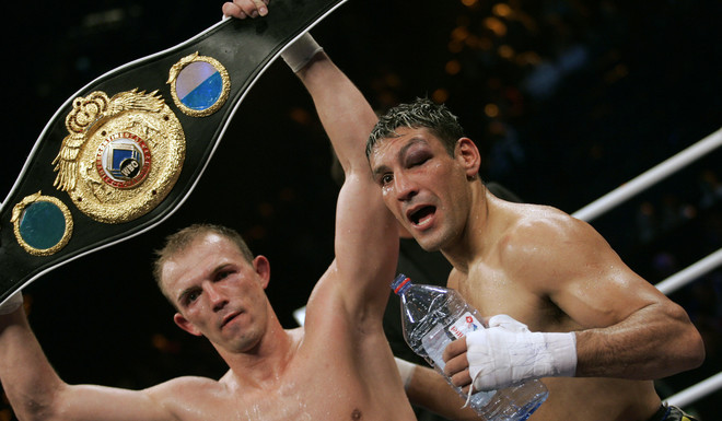 juergen braehmer (l) of germany celebrates after defeating hector javier velazco of argentina in their intercontinental wbo super middleweight title fight 19 may 2007 at the colorline arena in hamburg, northern germany. afp photo ddp_roland magunia germany out hector javier velazco juergen braehmer ring pelea título intercontinental omb supermediano hamburgo alemania boxeo box boxeador argentino aleman