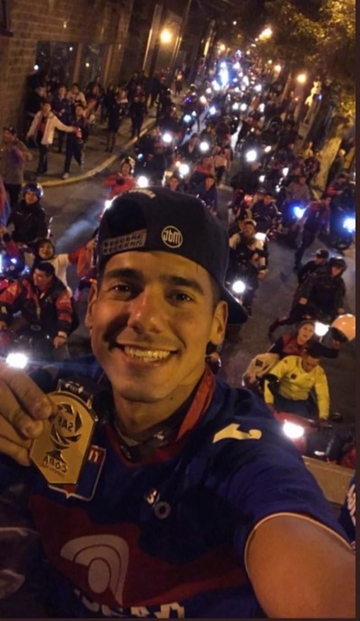 Matías Pérez Acuña muestra orgulloso la medalla, en una selfie desde el techo del micro.