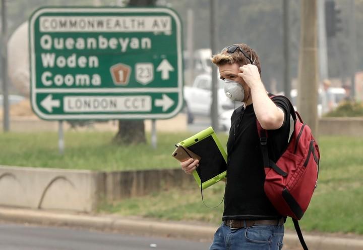 En Canberra, el humo obliga a los ciudadanos a llevar barbijos. AP.