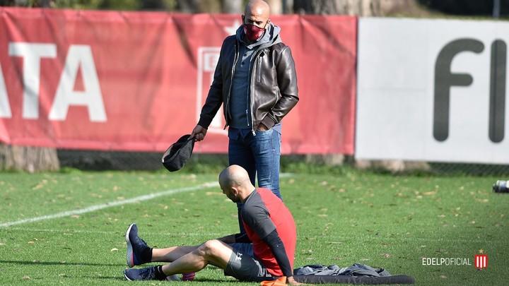 Verón et Mascherano, lors d'une session de formation en pleine pandémie (Presse étudiants).