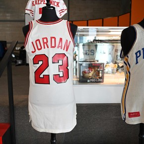 They pay $ 320,000 for a Michael Jordan jersey
