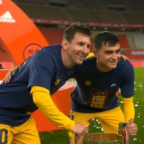 The gesture of the Barcelona players: they all went to take a picture with Messi