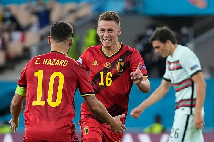 Los hermanos Hazard festejan el gol ante los portugueses. AFP.