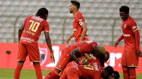 Antwerp players celebrate with Rafalov (Reuters)