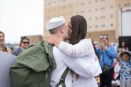 [Pics] Navy Man Hurries To Greet Wife, But Sees Her Pregnant Belly And Realizes What She's Been Hiding
