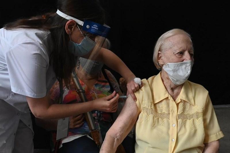 Una abuela recibe la AstraZeneca fabricada en India.
