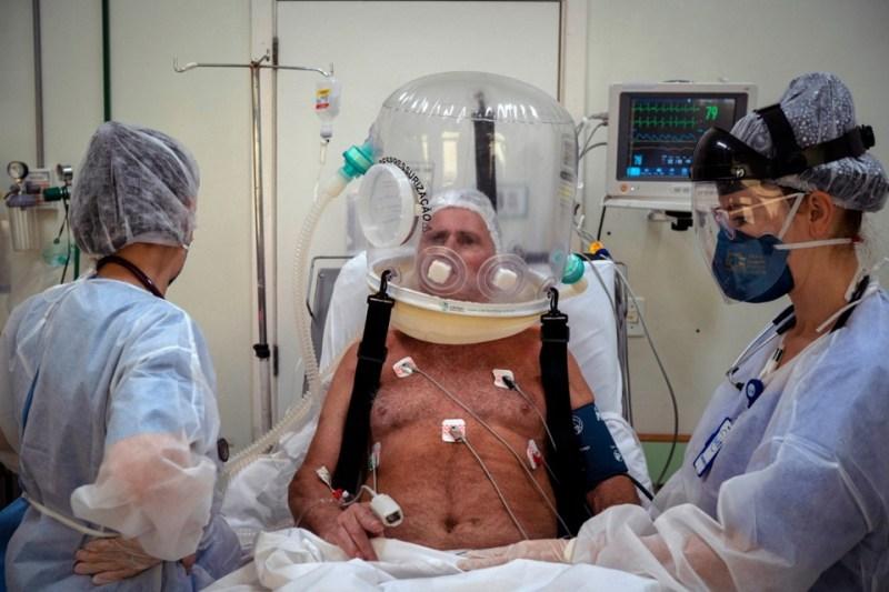 Un enfermo de coronavirus recibe tratamiento en un hospital de Porto Alegre.