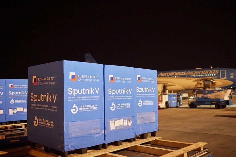 En la madrugada de este miércoles, en el vuelo de Qatar Airways QR8155, llegaron a Ezeiza 500 litros de la sustancia activa de la vacuna Sputnik V, componente 2, para su terminación en el Laboratorio Richmond. (Fuente: Presidencia)