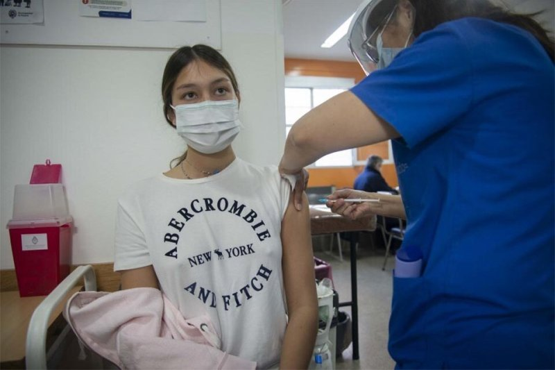 1) Uno de jóvenes de 17 años vacunado ayer. (Fuente: Guillermo Fernández)