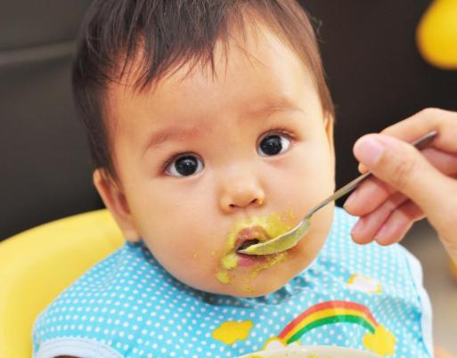 10 mistakes parents make while feeding food to their kids