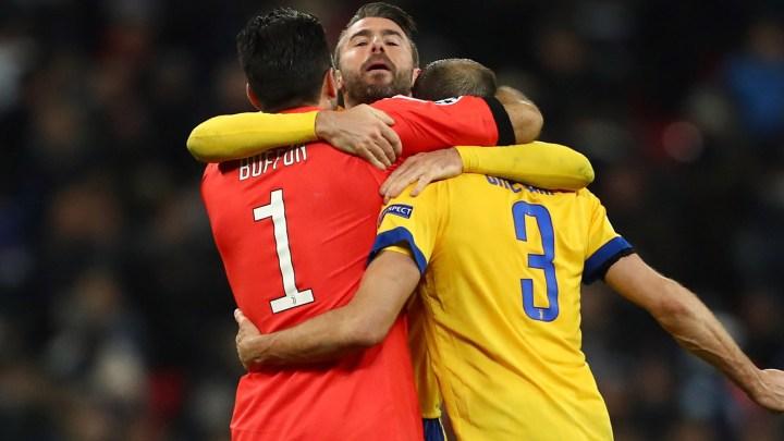 L'abbraccio della difesa al termine di Tottenham-Juventus | numerosette.eu