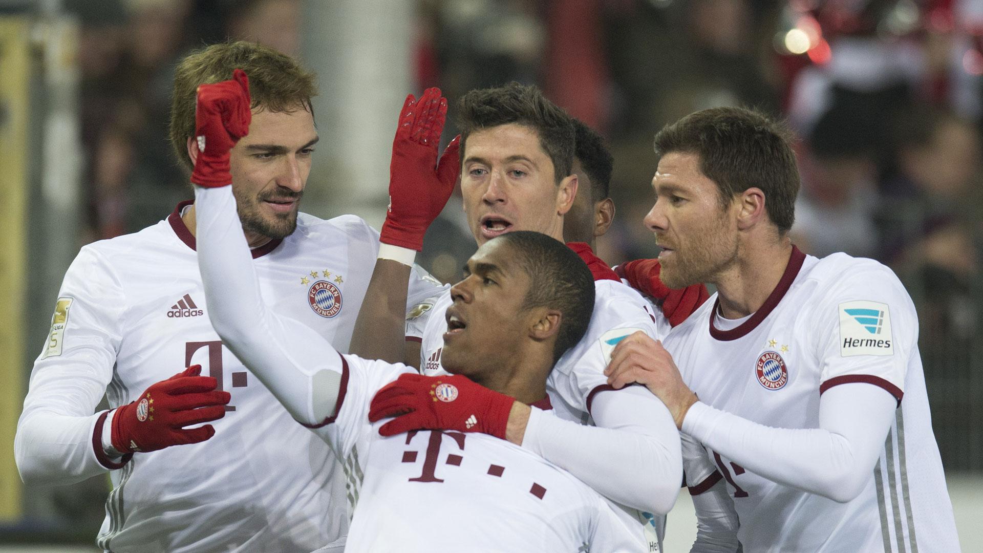 Bayern de Munique cumpre promessa e presenteia Ingolstadt com 'salsichas'