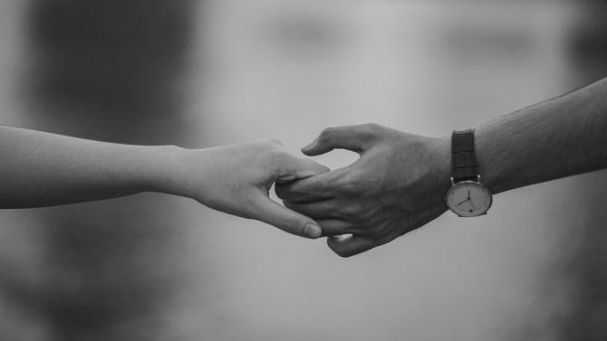 手を握ってカップルのモノクロ写真