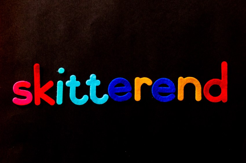 The word skitterend designed with shifting font colors from one syllable to another.
